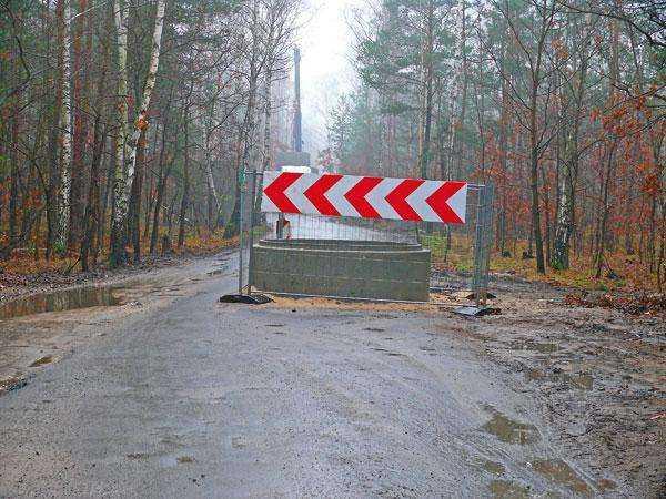 W warszawskiej Białołęce na drodze pod lasem pojawiły się olbrzymie betonowe kręgi.